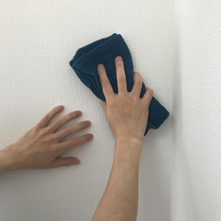 壁を拭きます