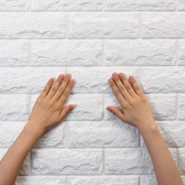 しっかりと押さえながら壁に密着させます