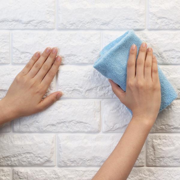 壁との間の気泡を押し出してしっかりと貼ります