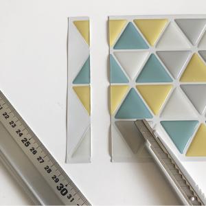 三角タイルシールを貼る工程