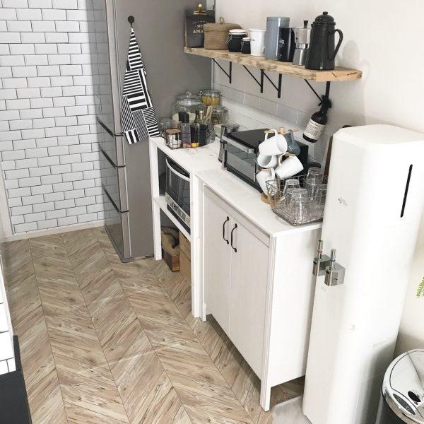 ヘリンボーンフロアシートのキッチンカウンター