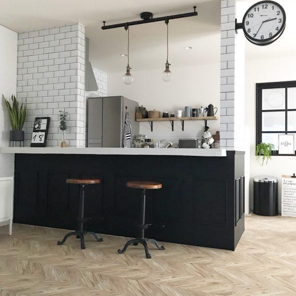 ヘリンボーンフロアシートのカフェ風キッチンカウンター