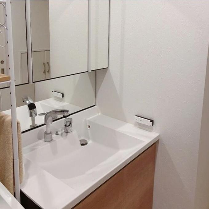 洗面台横の壁の水の飛び散り汚れに、モザイクタイルシール